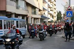 Papás Noel moteros animan Faro