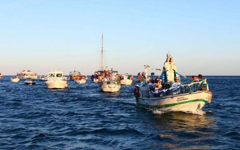 Albufeira saca a su Virgen de la Orada en un cortejo por el mar