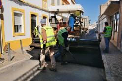 Castro Marim pone a punto la calle 25 de Abril