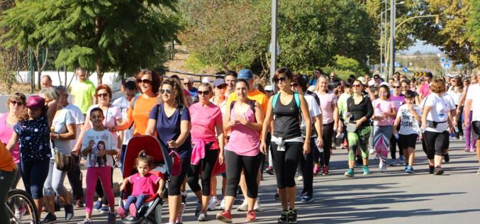 Unas 200 personas apoyan la prevención del cáncer de mama con una caminata solidaria
