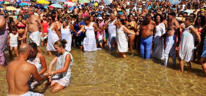 Manta Rota recrea la tradición del Baño Santo