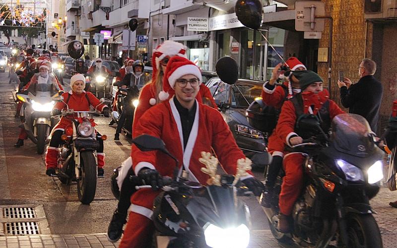 El desfile navideño del Moto Club Faro anima la capital del Algarve