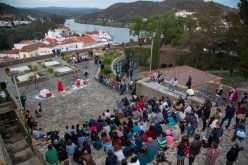 Miles de visitantes caminaron sobre las aguas en el Festival del Contrabando
